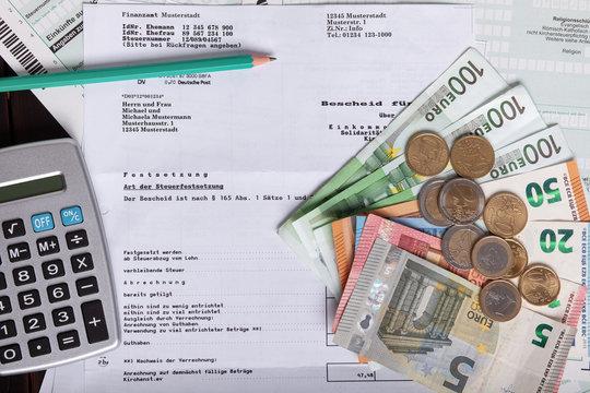Konzept Steuern Bescheid Erstattung mit Geld und Taschenrechner