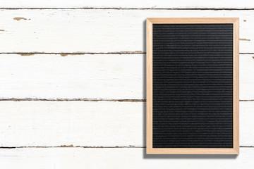 Letterboard, auf weißem Holz-Hintergrund
