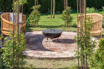 Gemütliche Feuerstelle in einem wunderschön eingerichteten Garten