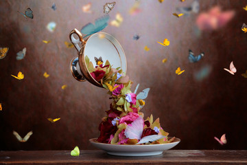 Obraz Tazzina con fiori e farfalle - fototapety do salonu