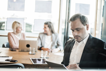 Geschäftsleute beim Meeting mit Laptop
