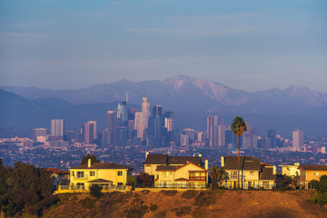 Fototapete - Luxury villas of Los Angeles in California with city skyline in the background