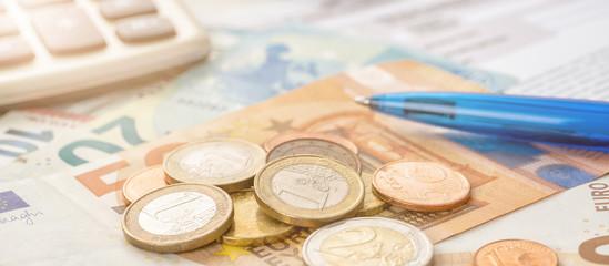 Fotomurales - Münzgeld auf Euroscheinen