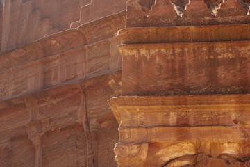 Häuser oder Gräber mit Details der Architektur in Petra Jordanien