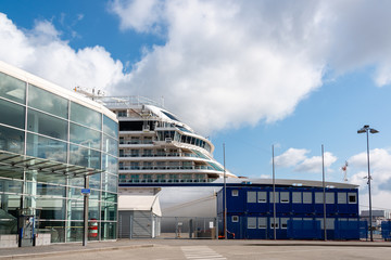 Die Viking Sky, die kürzlich in der Nordsee vor Norwegen wegen eines Motorschadens in Seenot geriet, hat heute 12.04.19 in Kiel am Ostseekai angelegt.