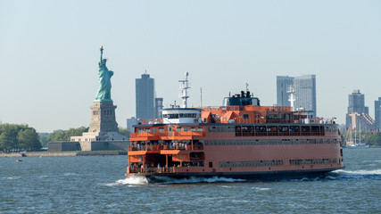 ferry downtown New York City Statue of Liberty Fototapete
