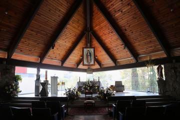 Tuinposter Restaurant Interior de iglesia encristalada con virgen de Guadalupe el fondo y altar