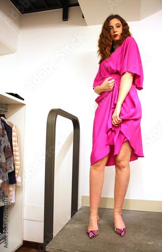 outlet store 36f8b 65a10 bella ragazza in abito elegante