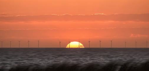 Atlantik-Windkraftanlage im Sonnenuntergang