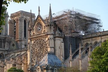 Cathédrale Notre Dame de Paris après l'incendie du 15 avril 2019 : vue sur le pignon sud calciné, la rosace et l'échafaudage (France)