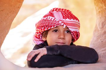 Bimbo con la kefia a Petra, Giordania