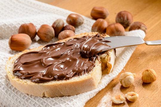 Crema di nocciola su fetta di pane, close-up