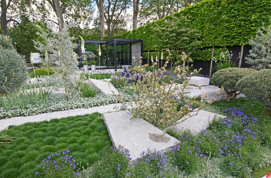 A cool modern garden with some Scandinavian style features