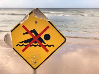Signe baignade interdite devant la mer