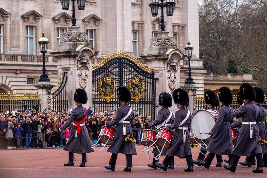 Queens Guard patrolieren vor dem Buckingham Palace