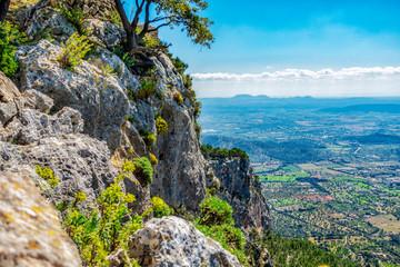 Felswand am Puig d'Alaró mit Sicht auf die Niederung von Alaró