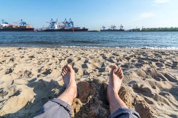 Füße im Sand am Elbstrand in Hamburg