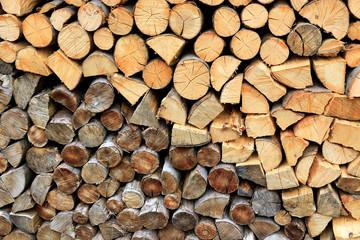Photo sur Aluminium Texture de bois de chauffage Firewood pile stacked chopped wood trunks
