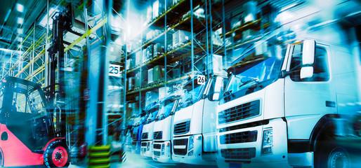 Logistik mit Lagerhaus, LKWs und Gabelstapler