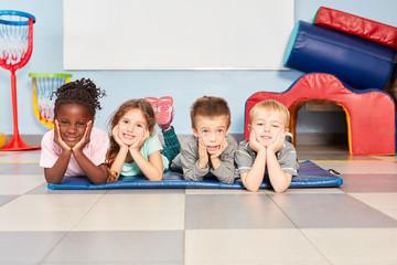 Vier multikulturelle Kinder als Freunde