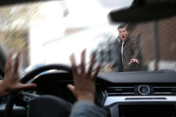 Junger Fußgänger wird von einem Auto angefahren
