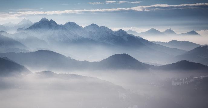 Bergketten im Dunst