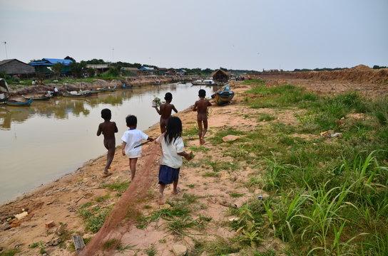 カンボジアのシェムリアップ トンレサップ湖畔の村 走り回るカンボジアの子供