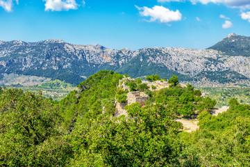 Blick auf die Ruinen der Felsenburg Castell d'Alaró vor dem Bergzug der Serra de Son Torella mit dem Puig de l`Offre im Tramuntana Gebirge auf Mallorca