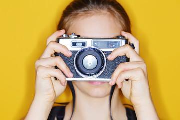 jeune fille avec appareil photo vintage argentique
