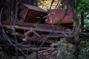 山の中に廃棄された鉄クズ