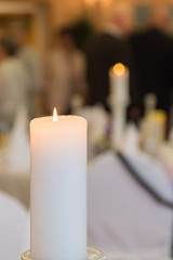 Kerze mit unscharfem Hintergrund