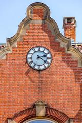 Uhr auf roten Ziegelsteinen