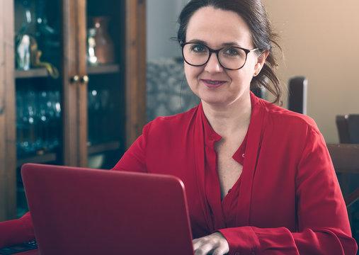 Mujer con oredenador portatil en casa