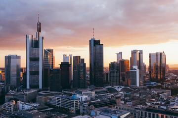 Die Skyline der Stadt Frankfurt von oben im dramatischen Sonnenuntergang