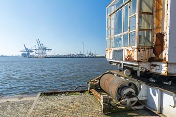 Alte Hafenanlagen am Kai in Hamburg mit Containerterminal im Hintergrund