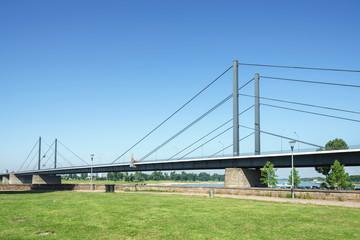 Rheinpark Golzheim Düsseldorf und Theodor-Heuss-Brücke