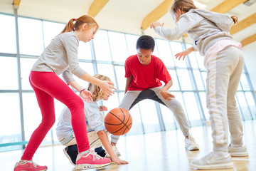 Kinder Team spielt Basketball