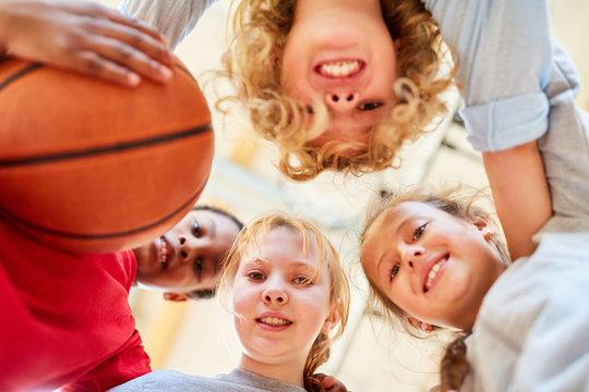Gruppe Kinder bildet eine Basketball Mannschaft