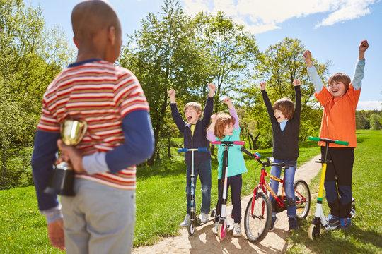 Kinder jubeln und freuen sich auf den Pokal