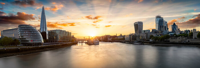 Fotobehang Londen Die Skyline von London bei Sonnenuntergang: die City an der Themse bis zur London Bridge
