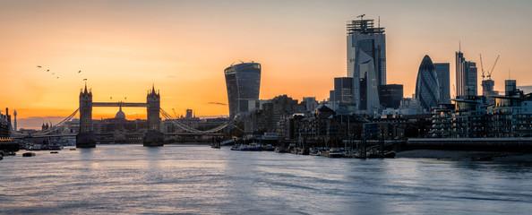 Fotomurales - Panorama der Skyline von London bei Sonnenuntergang: von der Tower Brücke über die Themse bis zur City