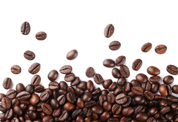Poster de jardin Salle de cafe Falling roasted coffee beans isolated on white background.