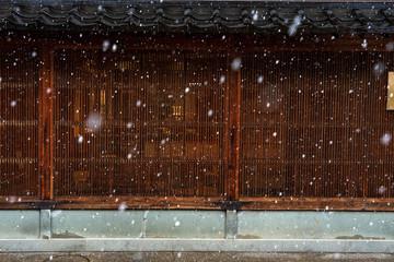金沢 ひがし茶屋街 雪の古い町家