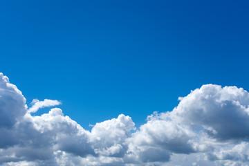 Schöner Wolkenhimmel mit Textfreiraum. Standort: Deutschland, Nordrhein-Westfalen, Heiden