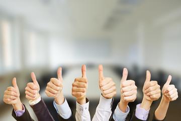 Hände vor Konferenzraum