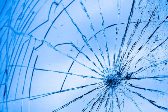 Glasscheibe mit Rissen, Vandalismus