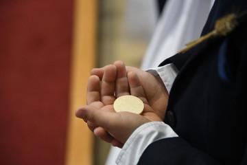 Erste 1. Heilige Kommunion Hostie Erstkommunion Kirche Sakrament römisch-katholisch Empfang Weißer Sonntag Kind Junge Leib Jesu Eucharistie Eucharistiefeier Initiationssakrament Kommunionsunterricht