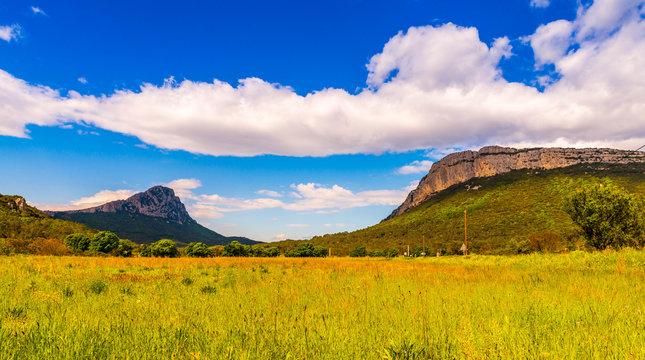 Le pic Saint Loup et la montagne de l'Hortus derrière Montpellier en Occitanie dans l'Hérault, France