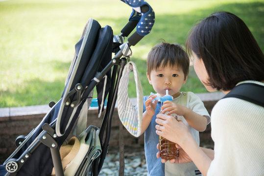 水分補給をする赤ちゃん