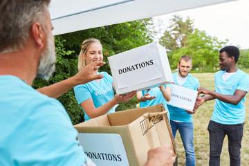 Freiwillige im Ehrenamt sammeln Spenden für Verein